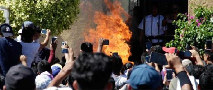 ورفع المحتشدون هواتفهم المحمولة لتصوير السحل والحرق لحظة بلحظة