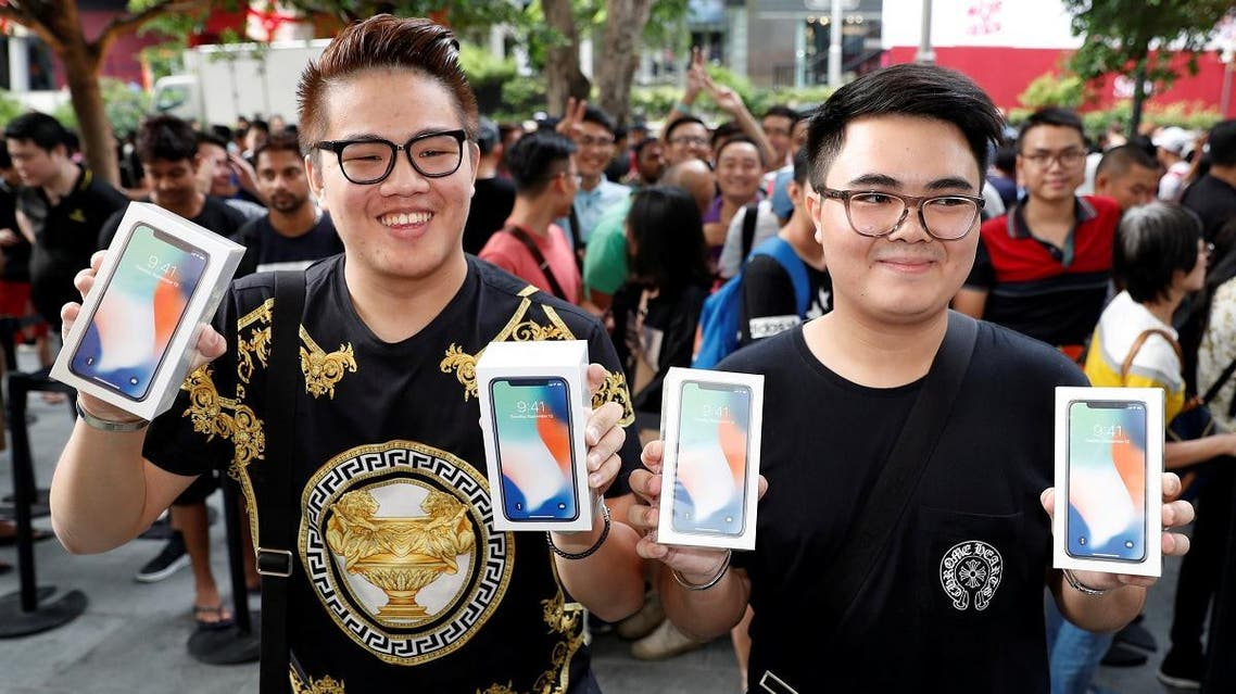 First customers to buy iPhone X Kittiwat Wang, 22, and Mod, 22, of Bangkok pose with their iPhone X at the Apple store in Singapore November 3, 2017. (Reuters)