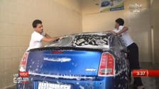شاهد.. شبان سعوديون يقتحمون مجال غسيل السيارات
