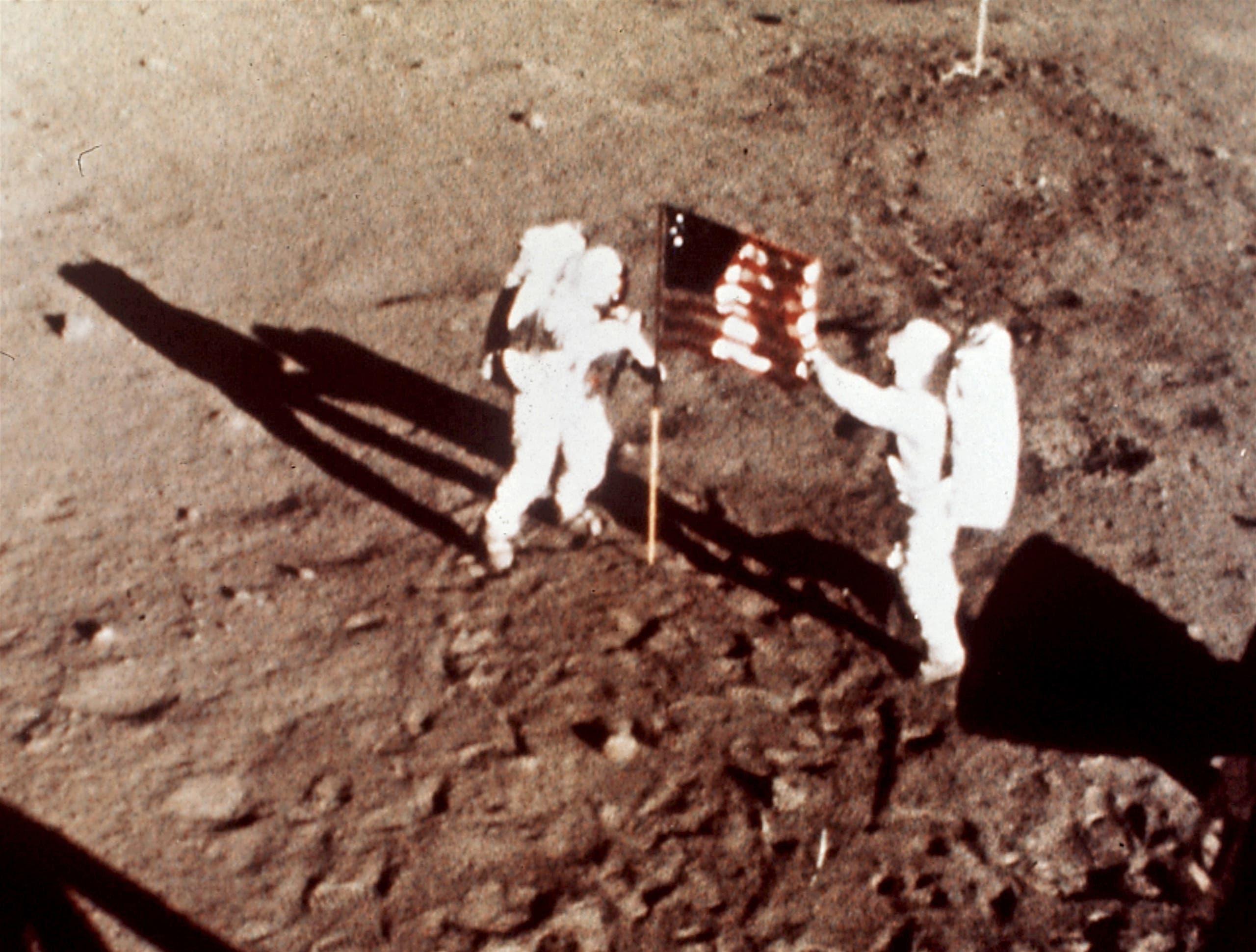 الهبوط على القمر ولحظة غرس العلم