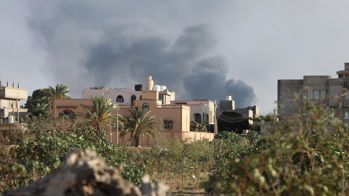 دخان متصاعد جراء قتال بين فصائل متناحرة في طرابلس يوم 28 أغسطس