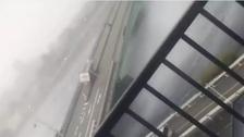 ملاحظہ کیجیے : جاپان میں شدید ترین طوفان کے سبب بھاری ٹرک کس طرح اُلٹ گیا !
