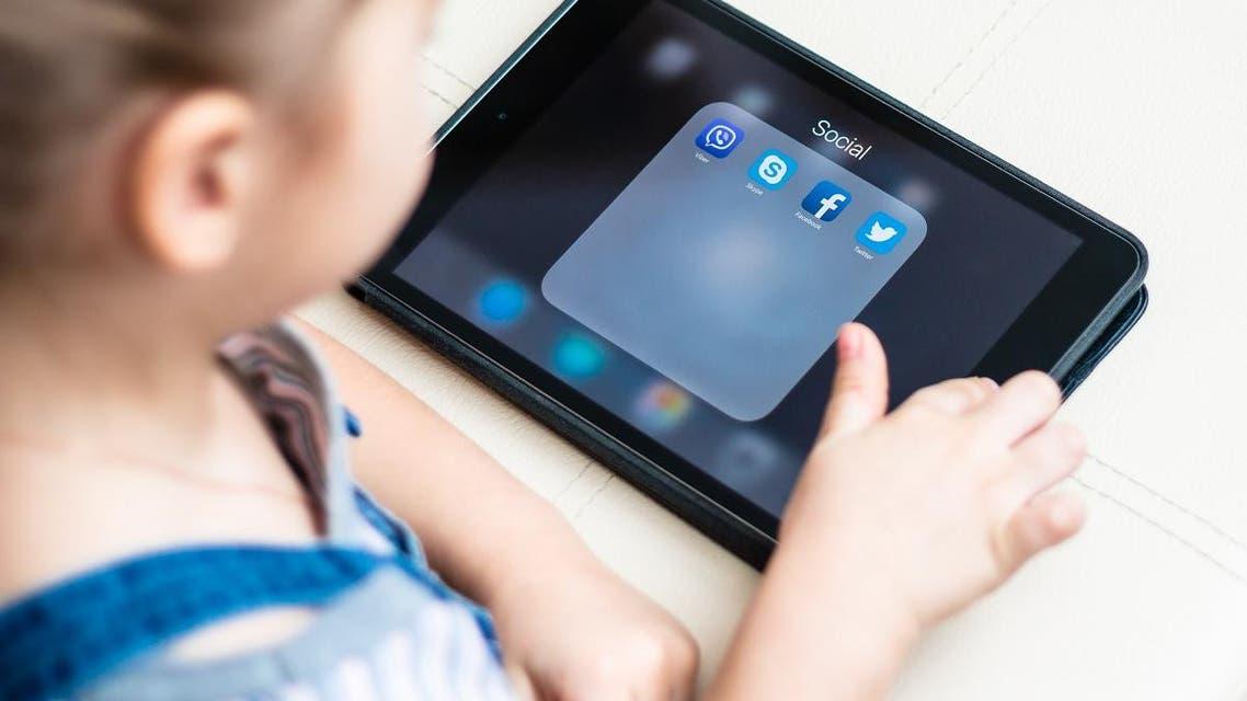 Children phone ipad. (Shutterstock)