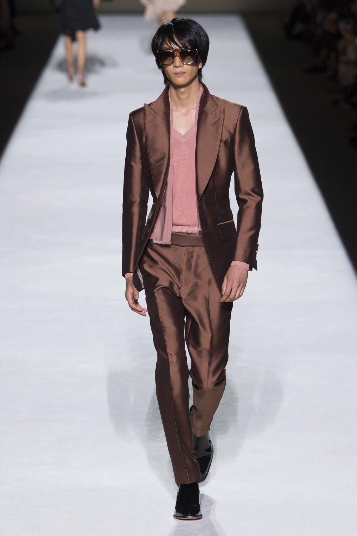 0161e24a 91f8 4526 8d0d b9457464287d توم  فورد يفتتح اسبوع الموضة في نيويورك وجيجي حديد تتألق في العرض!!!