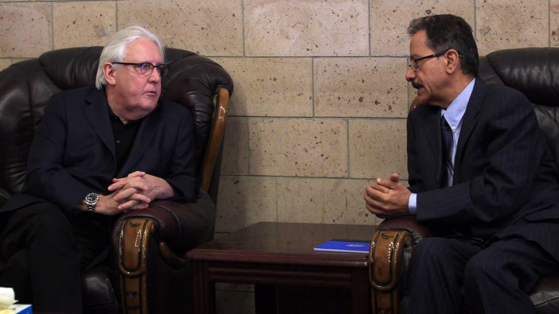 المبعوث الأممي مارتن غريفيث مع ممثل وفد الانقلابيين فيصل أبو رأس