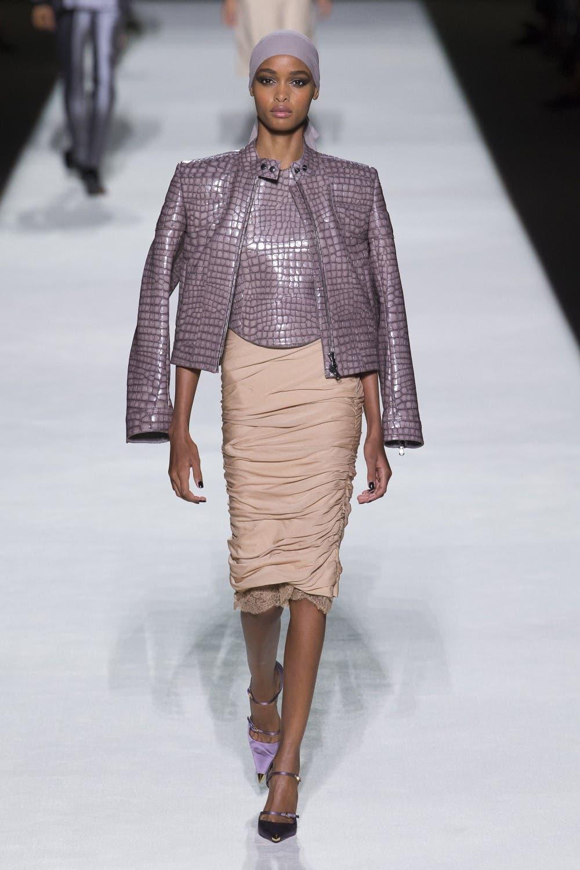 cda6f0d8 2acc 4b2d a803 b91797e24e20 توم  فورد يفتتح اسبوع الموضة في نيويورك وجيجي حديد تتألق في العرض!!!