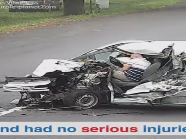 فيديو.. لن تصدق أن هذا السائق النائم نجا من الموت
