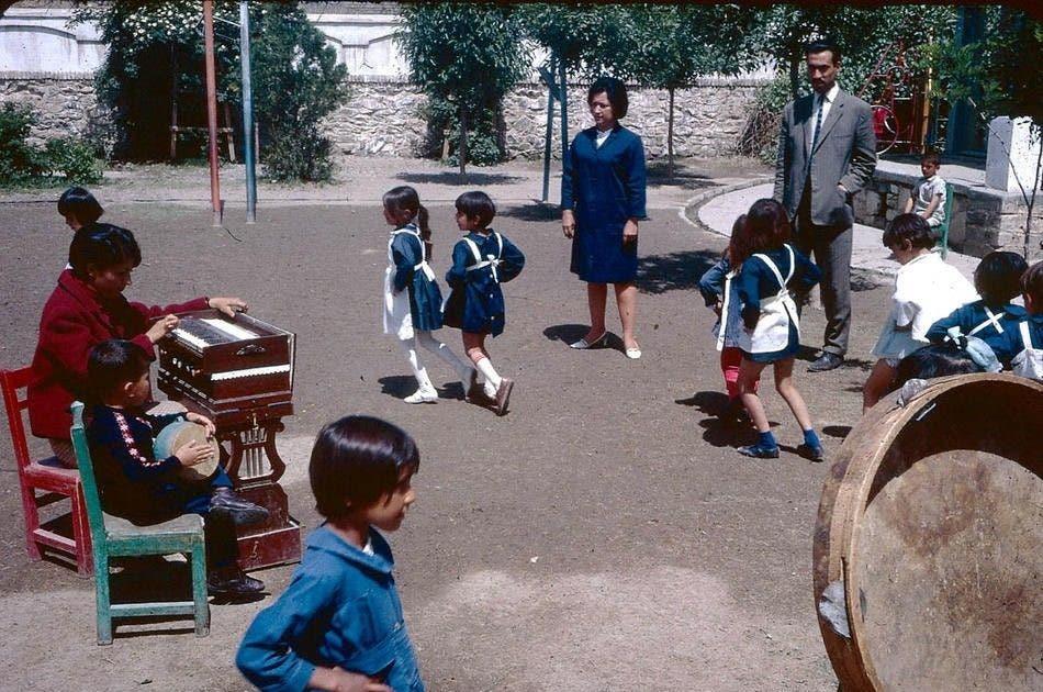 دانشآموزان در حال بازی
