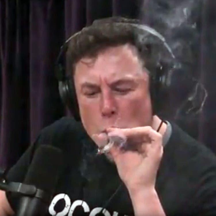 """تداعيات سلبية على """"تسلا"""" بعد تدخين إيلون ماسك الحشيش"""