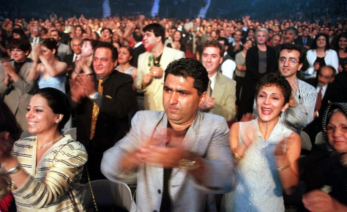 The crowd at the Air Canada Centre greet Iranian singer Googoosh at her first public appearance in 21 years 29 July 2000 in Toronto. (AFP)