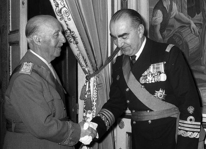 صورة تجمع بين لويس كاريرو بلانكو (على اليمين) والدكتاتور فرانكو (على اليسار)
