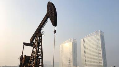 النفط يتراجع قليلا وسط توقع استمرار بعض صادرات إيران