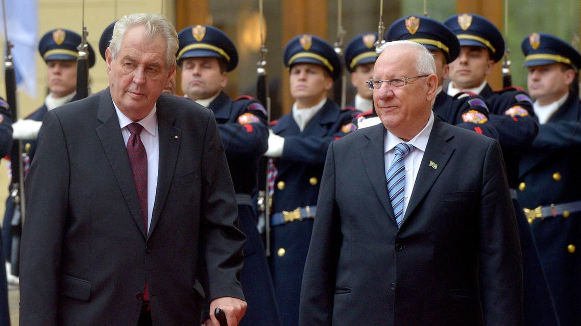 Czech President Milos Zeman (L) and his Israeli counterpart Reuven Rivlin inspect a guard of honor on at the Prague Castle October 21, 2015. (AFP)