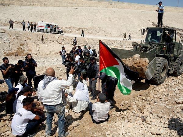 شاهد فلسطينيين يقاومون جرافة هدم إسرائيلية بأجسادهم