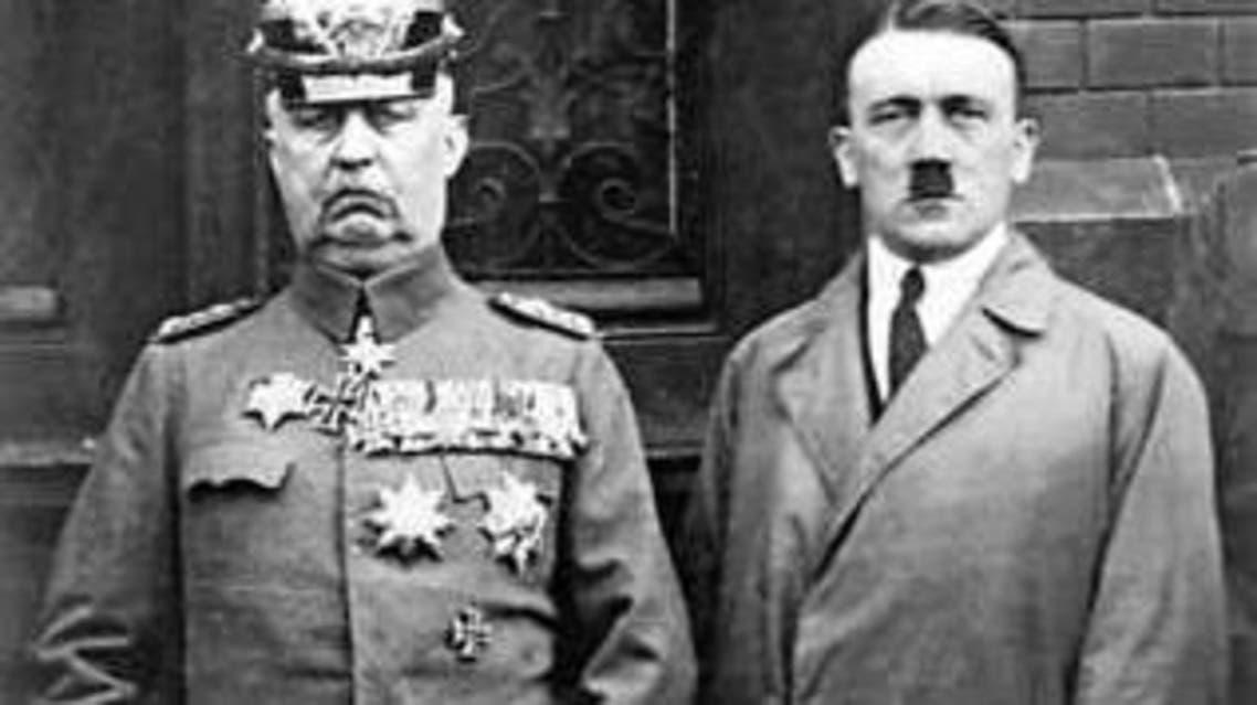 صورة تجمع بين أدولف هتلر على اليمين و الجنرال لودندورف على اليسار