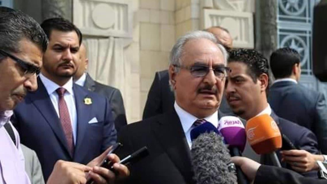 صدام حفتر واقفاً وراء قائد الجيش الليبي خليفة حفتر