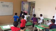 """مشهد لن تنساه.. """"تعلق"""" طلاب بمعلمهم السعودي السابق"""