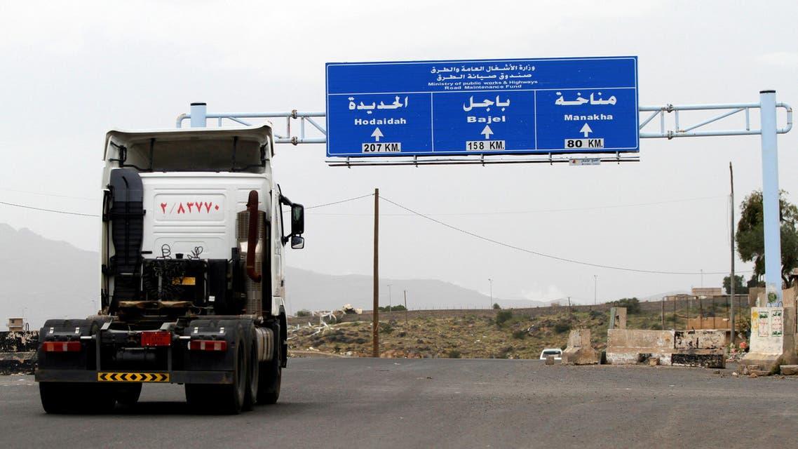 A truck drives on the main road linking Hodeidah with Sanaa, Yemen September 13, 2018. REUTERS/Mohamed al-Sayaghi