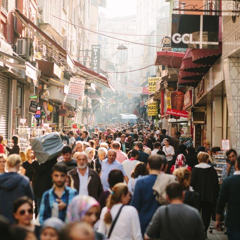موديز تخفض تصنيف تركيا لدرجة عالية المخاطر بنظرة سلبية