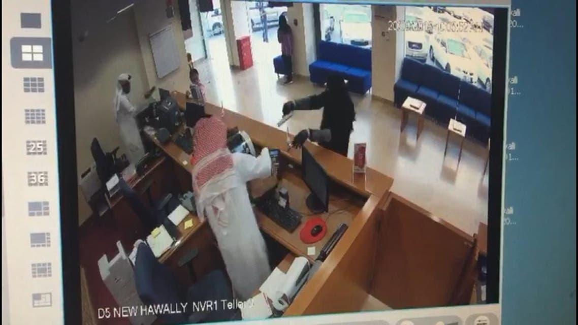 بالفيديو.. سطو مسلح على بنك كويتي