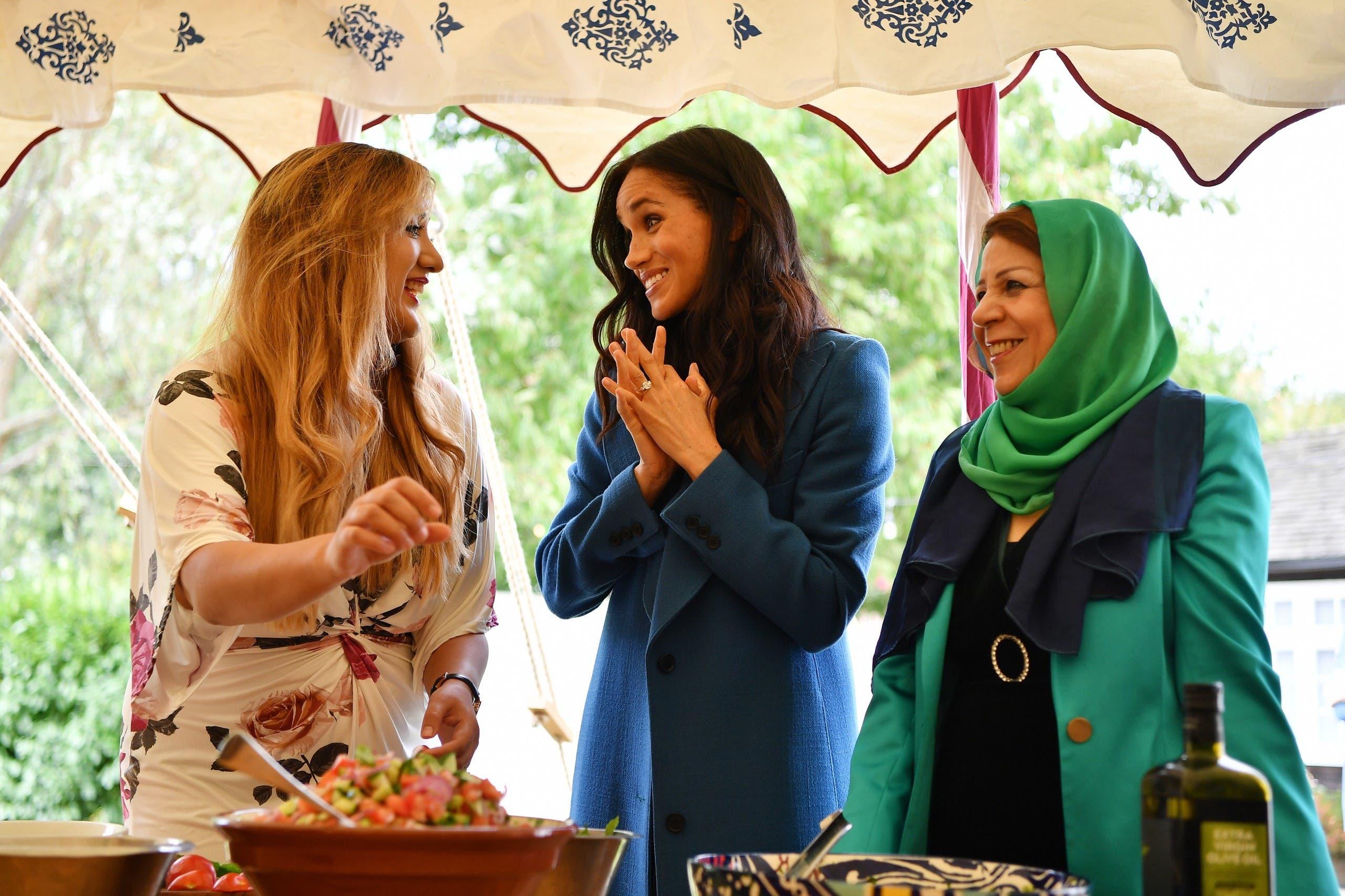 fadd2354 ddce 4da2 9f2c faafe40ecafe أم ميغان ميركل تشارك ابنتها العمل الخيري لصالح المسلمين  ونشر وصفات الطعام!!!