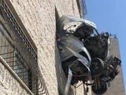 أغرب حادث سير.. كيف وصلت الشاحنة إلى نافذة البناية؟