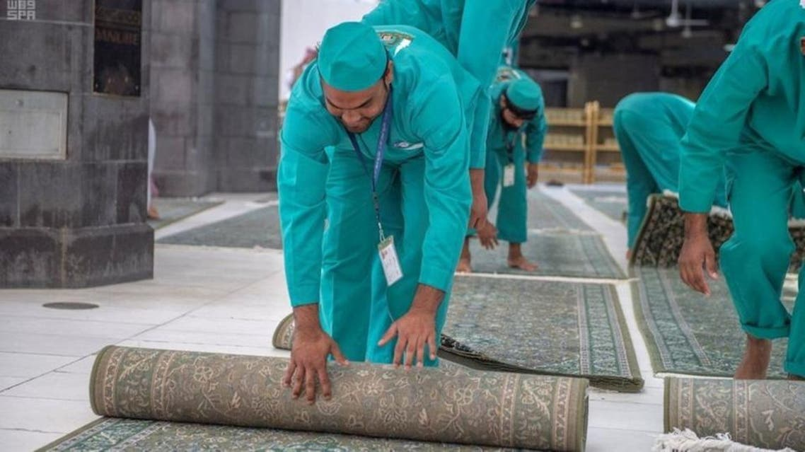 Workers laying out carpets of different sizes at the Holy Mosque and its many locations and squares. (Supplied)