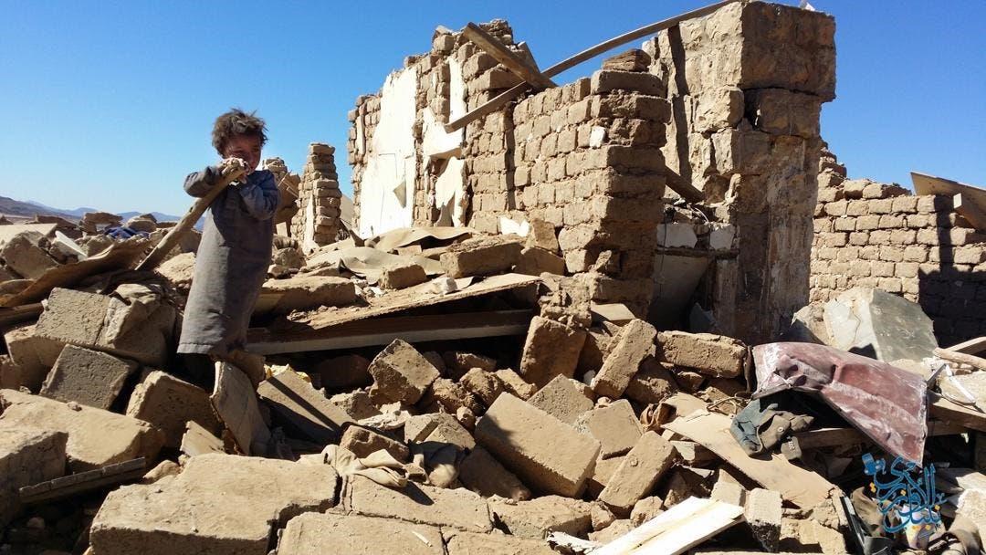 الطفل اليمني فراس بين ركام منزله
