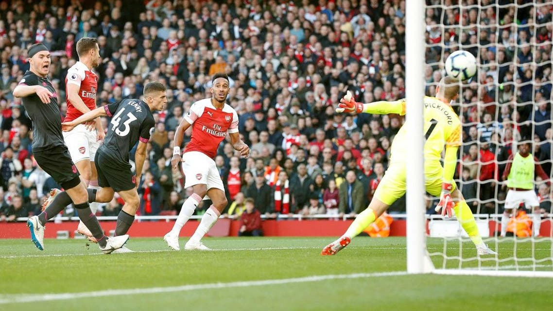 Arsenal's striker Pierre-Emerick Aubameyang (C) watches the ball as he scores his team's second goal past Everton goalkeeper Jordan Pickford (R) during the English Premier League football match at the Emirates Stadium in London on September 23, 2018. (AFP)