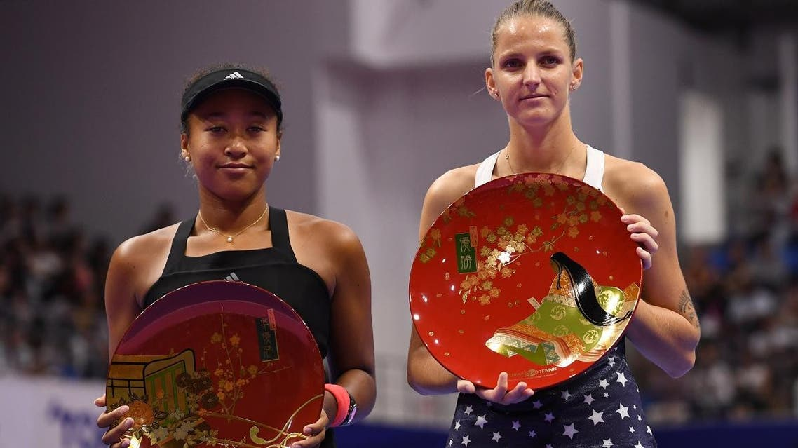 Winner Karolina Pliskova of the Czech Republic (R) and second-placed Japan's Naomi Osaka pose with their trophies after the women's singles final at the Pan Pacific Open tennis tournament in Tokyo on September 23, 2018. (AFP)