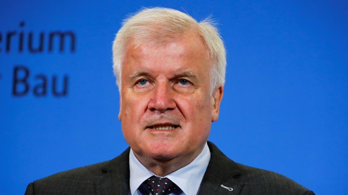 وزير الداخلية الألماني هورست زيهوفر خلال مؤتمر صحافي في برلين يوم الأحد