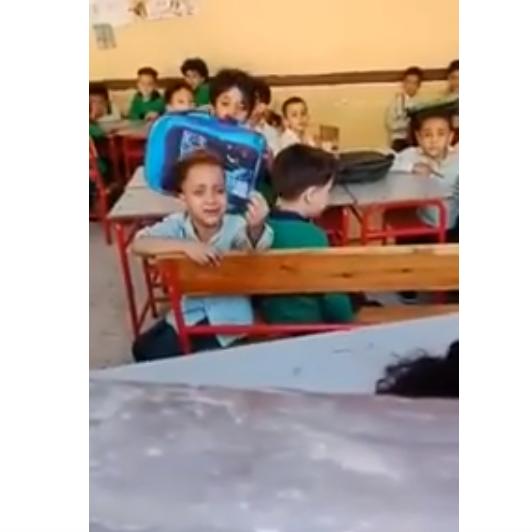 طفل مصري يشكو لمعلمته: عايز أنام ربع ساعة بس يا حاجة