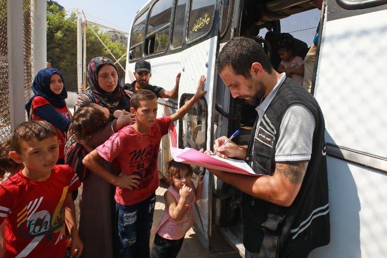 لاجئون سوريون مغادرون من لبنان
