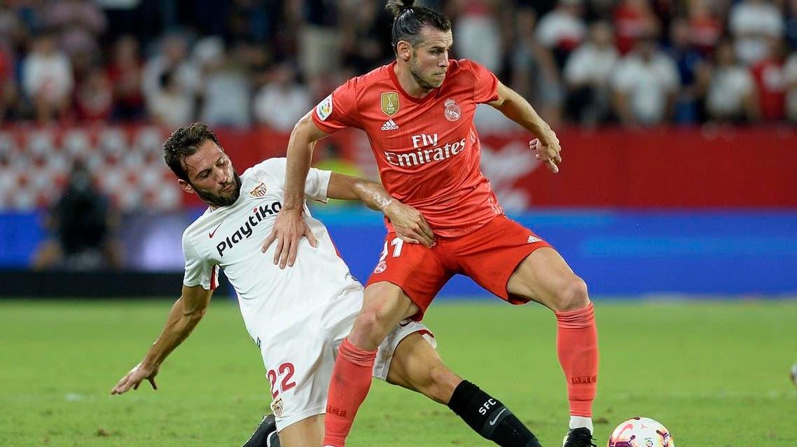 Real Madrid forward Gareth Bale (R) vies with Sevilla's midfielder Franco Vazquez during the Spanish league football match at the Ramon Sanchez Pizjuan stadium in Seville on September 26, 2018.  (AFP)