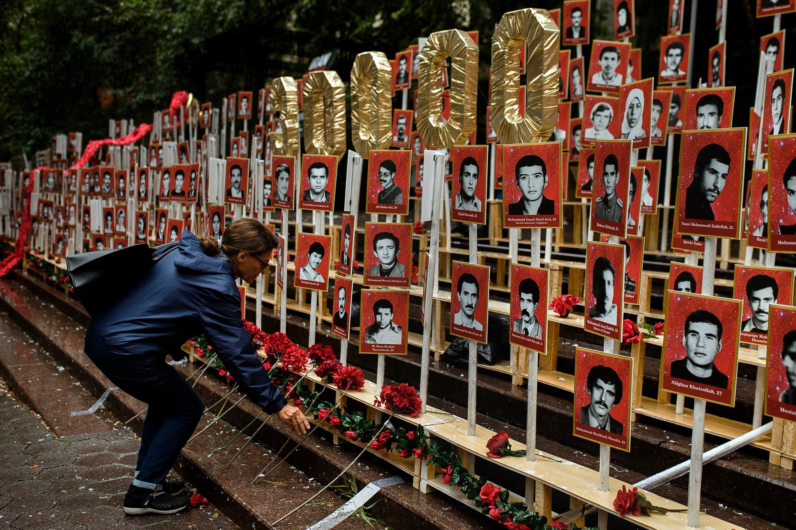 صور لضحايا الإعدامات في إيران أمام مقر الأمم المتحدة