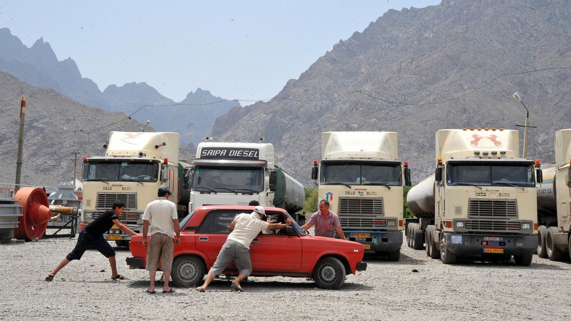 Iranian truck drivers push a car near the Armenian town of Agarak, next to the border with Iran, on July 12, 2012. (File photo: AFP)