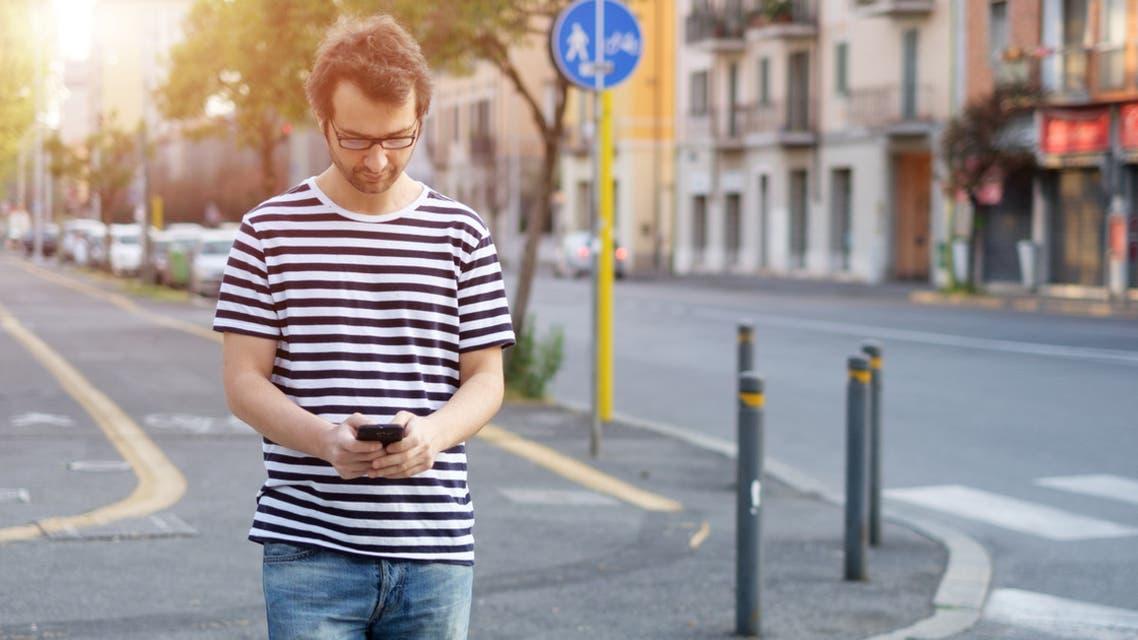 iStock mobile crossing road استخدام الهاتف أثناء عبور الطريق