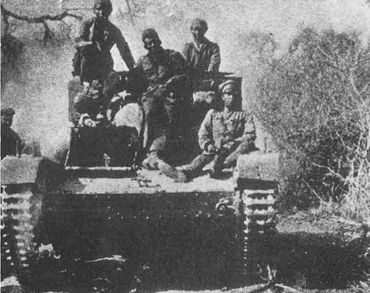 صورة لعدد من الجنود البوليفيين على متن احدى الدبابات خلال حرب تشاكو