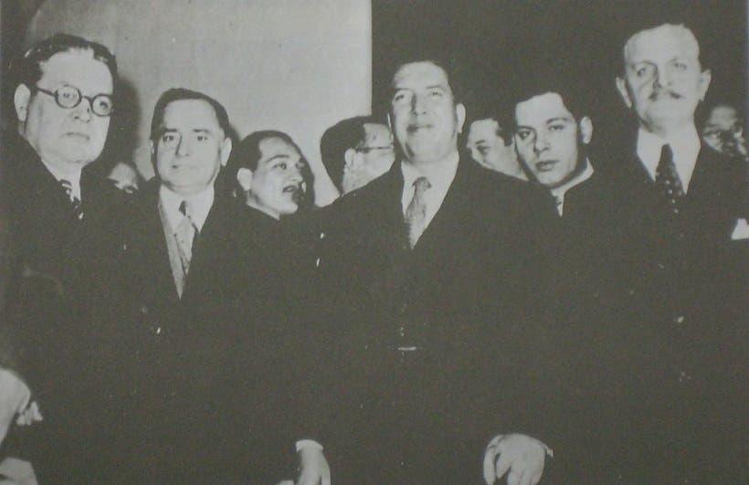 صورة لعدد من المسؤولين من كل من الباراغواي وبوليفيا خلال عملية توقيع اتفاقية سلام بوينس آيرس