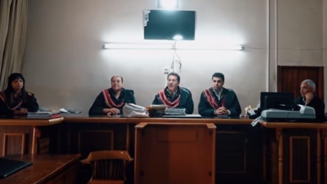 القاضي وهو يقرأ الحكم المخفف على قاتل أبيه