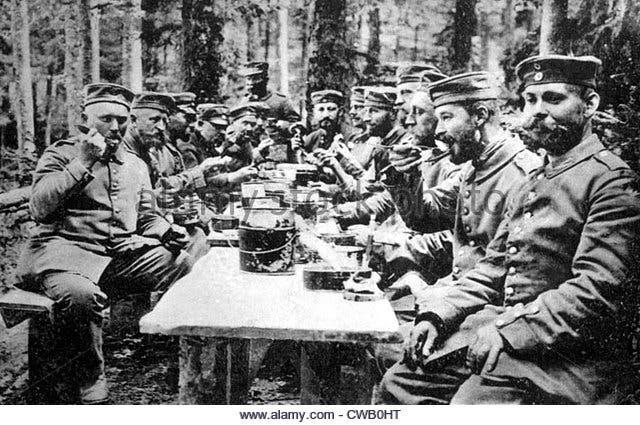 جانب من الجنود الألمان خلال تناولهم لوجبة الغداء