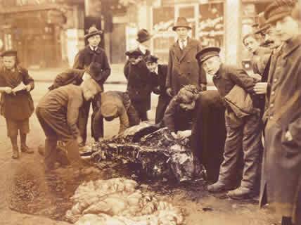 صورة لعدد من أهالي برلين و هم بصدد تقطيع لحم حصان ميت لأكله