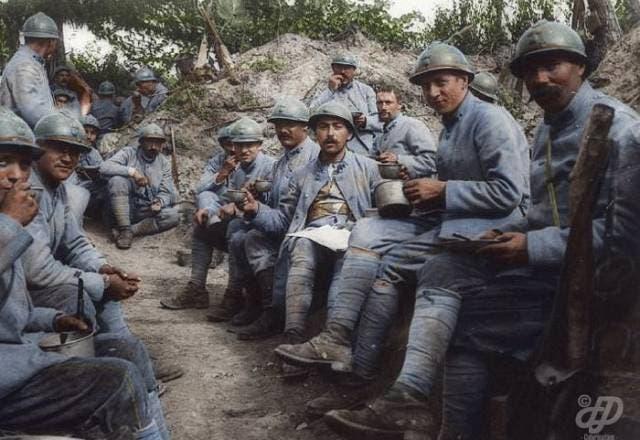 جانب من الجنود الفرنسيين خلال تناولهم لطعام الغداء على الجبهة