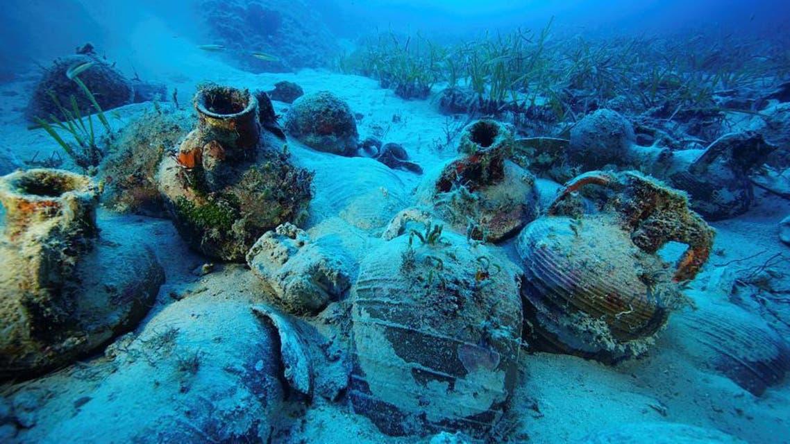 باستان شناسان روز یکشنبه 14 اکتبر، 58 کشتی غرقشده در دریای اژه و گنجینههای درون آنها را کشف کردند.  به گزارش یورو نیوز، گنجینه و عتیقهجاتی که در این سری اکتشافات به دست آمده به دوران تاریخی مختلفی تعلق دارند؛ از یونان باستان، امپراطوری رم و بیزانس گرفته تا عصر مدرن. آغاز عملیات برای کشف کشتیهای غرق شده باستانی در منطقه «جزایر فورنوی» در سال 2015 میلادی بود و در نخستین دور این اکتشاف بقایای 25 کشتی کشف شد. پیتر کمپل، باستانشناس زیرآب و مدیر پروژه اکتشافی جزایر فورنوی به یورونیوز گفته است: «توصیف کردن هیجان ما ناممکن است. امری باورنکردنی است. میدانستیم که به مجموعهای برخوردهایم که کتابهای تاریخ را تغییر خواهد داد. این کشف احتمالا یکی از بزرگترین اکتشافات باستانشناسی قرن است». بر اساس این گزارش، تاکنون 300 قطعه شئی باستانی از زیر آب خارج و ثبت شده است که بیشتر آنها از نوع «آمفورا» هستند. آمفورا نوعی کوزه سفالی بزرگ است که دو دسته در نزدیکی گلوگاه دارد و در یونان باستان برای حمل مایعات و حبوبات به کار میرفته است. این کوزهها گهگاه با نقوش هندسی تزئین میشدند. جرج کوتسوفلاکیس، باستانشناس و مشاور این پروژه، درباره علت غرق این تعداد کشتی در این منطقه به یورنیوز گفت: «در این منطقه گذرگاههای باریکی بین جزیرهها هست و خلیجهای کوچک بسیاری هم وجود دارد.هنگام وزش باد گردبادهای ناگهانی ایجاد میشود و همین سبب میشده که کشتیهایی که ناخداهایشان با این منطقه آشنایی نداشتهاند به صخرهها برخورد کنند و غرق شوند.»