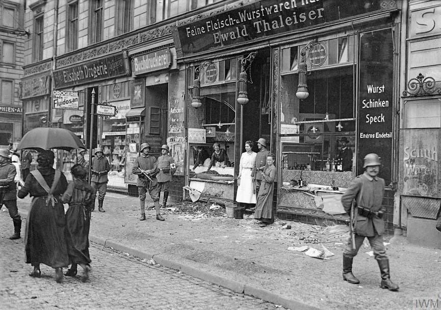 متجر لحم ألماني مدمر عقب مهاجمته من قبل عدد من الجائعين ببرلين سنة 1918