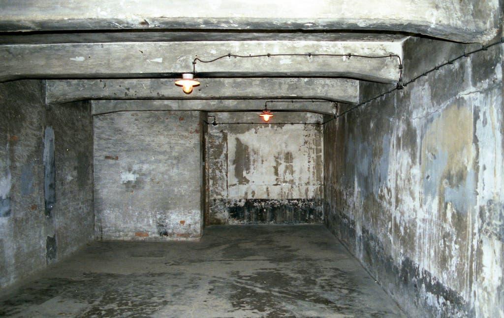 صورة من داخل احدى غرف الغاز بمعسكر أوشفيتز الألماني