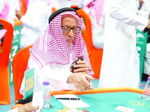 صور.. مسن سعودي يتحدى 20 ألف لاعب ببطولة المملكة للبلوت