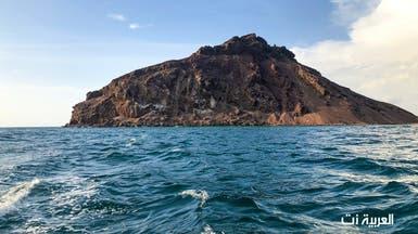 لوحة بديعية رسمها جبل وسط جزيرة سعودية في البحر الأحمر