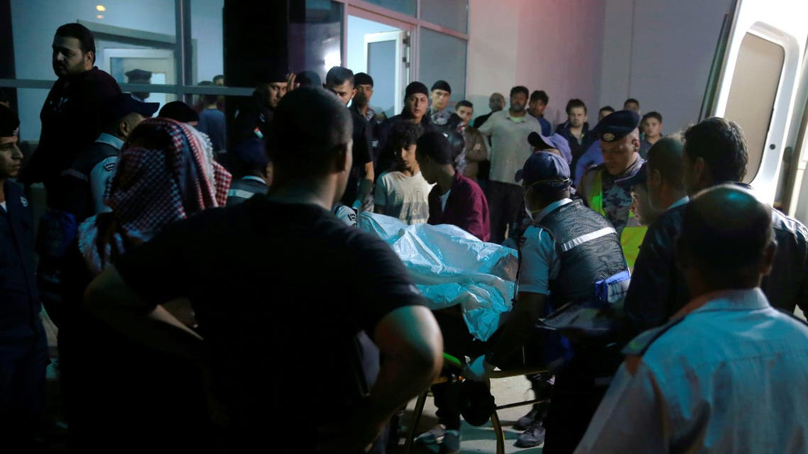 أقارب ضحايا سيول الأردن خارج مستشفى بالقرب من البحر الميت يوم الخميس