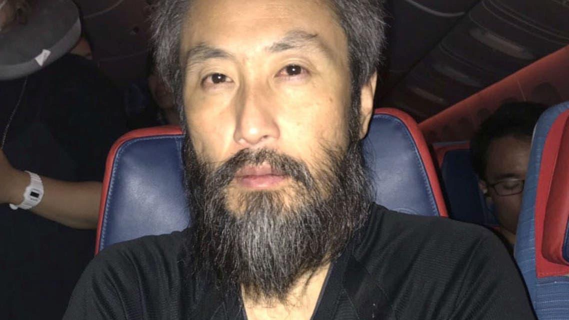 الصحافي الياباني جومبي ياسودا خلال رحلة العودة إلى بلاده بعد إطلاق سراحه من سوريا